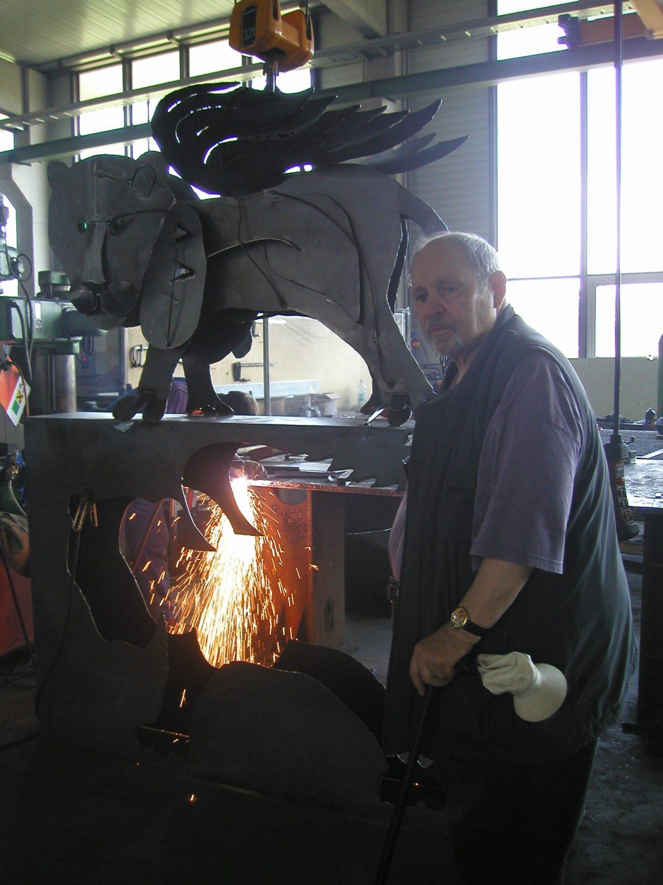 Hoffmann Ybbs neben Skulptur