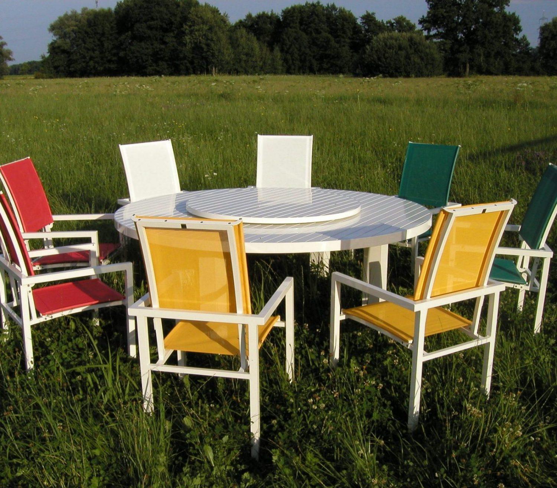 Gartensessel und Tisch